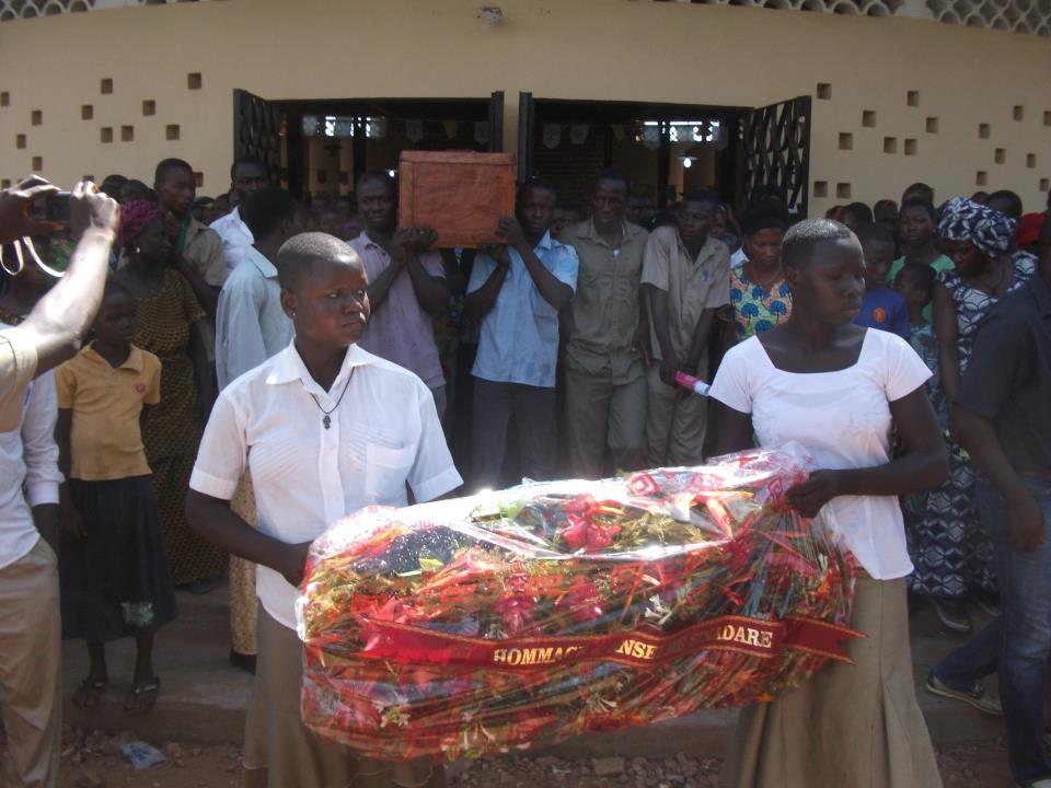 """Precession après la messe de requiem avec le cercueil d""""Anselme Sinangere à Dapaong"""